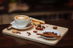 Verschiedene Kaffeespezialitäten aus einem Siebträgermaschine Test und Vergleich
