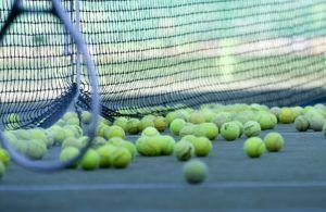 Tennisschläger testen durch Versuch in einem Vergleich
