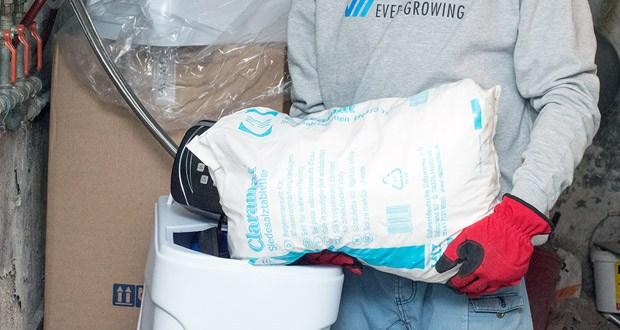 Die Wasserenthärtungsanlage CM-60 von Aqmos im Test - Das Kabinettgehäuse wird gleichzeitig als Regeneriersalzbehälter zur Solebereitstellung benutzt und kann ein Salzvorrat von max. 70kg aufnehmen