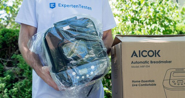 Brotbackautomat von Aicok im Test - 5 Mithelfer: Brotbehälter, Knethaken, Messbecher, Messlöffel.Abnehmbare Innenpfanne kann vom Geschirrspüler gewaschen werden