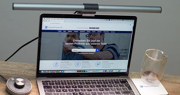BenQ ScreenBar Plus LED-Monitor-Lampe im Test - eine Ausleuchtung der Tischoberfläche mit bis zu 500 Lux garantiert, dass Sie alle Bildschirminhalte störungsfrei und in der optimalen Helligkeit erkennen können