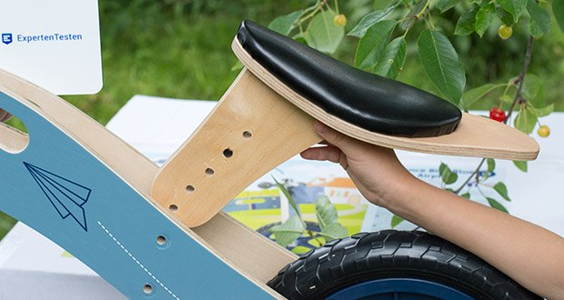small-foot Laufrad blauer Papierflieger im Test - mit 3-fach höhenverstellbarem Sattel