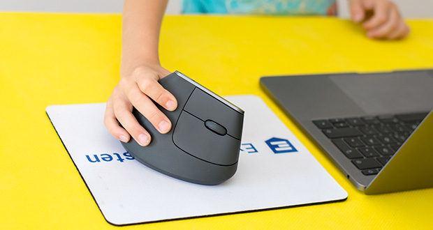 Logitech MX Vertical Bluetooth Maus im Test - natürliche Händedruck-Position