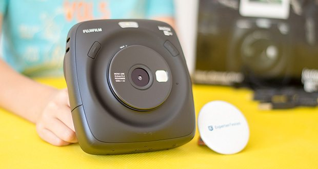 Fujifilm instax SQUARE SQ 20 Hybride Sofortbildkamera im Test - mit dem leistungsstarken Autofokus-Objektiv mit 33,4 mm Brennweite und einer Blende von 2,4 können Sie Ihre Motive perfekt einfangen