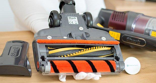Shark Anti Hair Wrap IZ251EUT Staubsauger im Test - dank der zwei motorisierten Bürstenrollen reinigen Sie Teppiche und Hartböden, ohne anhalten oder die Bodendüse wechseln zu müssen