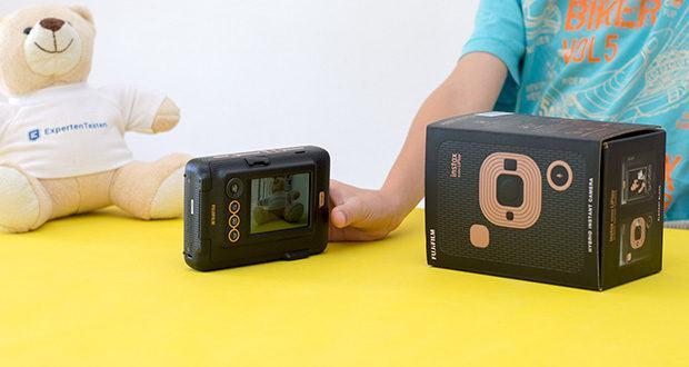Fujifilm Instax Mini LiPlay Elegant Hybride Sofortbildkamera im Test - mit den Schnellwahl-Tasten an der Seite Ihrer instax mini LiPlay können Sie Ihre liebsten Design Frames zu den Favoriten hinzufügen