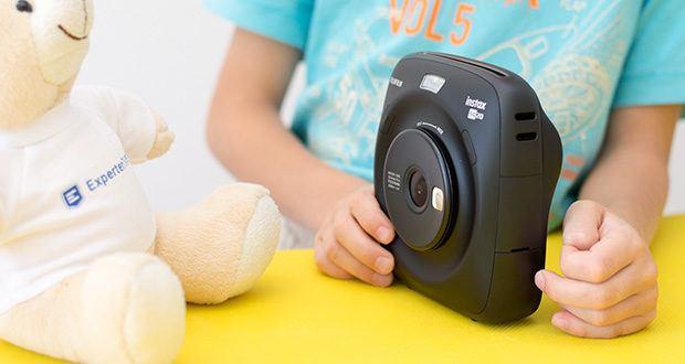 Fujifilm instax SQUARE SQ 20 Hybride Sofortbildkamera im Test - dank den zwei Auslösern lässt sich Kamera mit beiden Händen bedienen