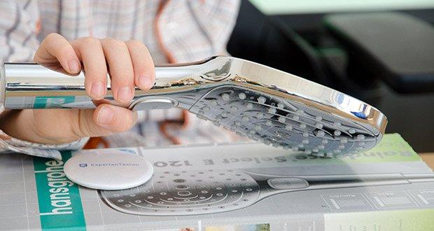 hansgrohe Raindance Select E 120 Duschkopf im Test - die moderne, flache Brause mit den abgerundeten Ecken an der vollverchromten Strahlscheibe lässt sich mit allen Armaturen- und Fliesendesigns kombinieren