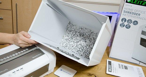 Leitz IQ Home Office Aktenvernichter im Test - der einfach zu leerende 23L Abfallbehälter fasst bis zu 225 vernichtete Blatt A4 Papier
