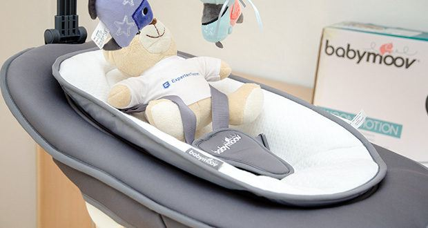 Babymoov Babyschaukel Swoon Motion Zink im Test - der Spielbogen stimuliert Ihr Baby, lässt sich auf 3 Positionen einstellen und ermöglicht deshalb ein einfaches Herausnehmen Ihres Babys aus der Schaukel