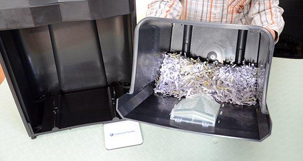 Peach Altenvernichter PS500-70 im Test - in dem großen 18 Liter Korb ist Platz für 200 Seiten, die in 5 x 32 mm große Partikel geschreddert werden