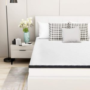 Auf dem Bauch schlafen ist eine problematische Schlafposition, daher muss der Matratzen Topper der spezifischen Form der Wirbelsäule gerecht werden.