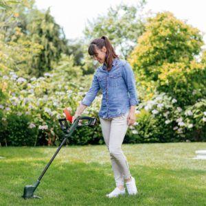 Für einen gepflegt aussehenden Garten eignet sich ein Rasentrimmer optimal.