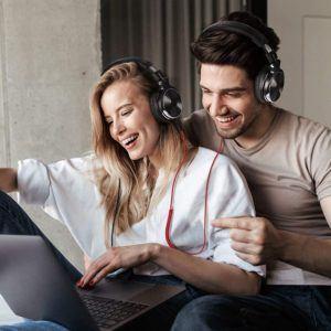 Die Over Ear Kopfhörer können ab eine Lautstärke von 80 bis 85 Dezibel für den Gehörgang schädlich sein und zu einer Hörminderung und/oder Ohrgeräusche führen.