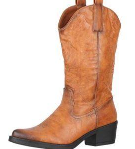 Passen Cowboystiefel für Damen zu einem lockerem Arbeitsoutfit?