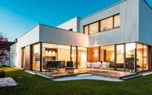 Modernes Haus mit schöner Holzterrasse