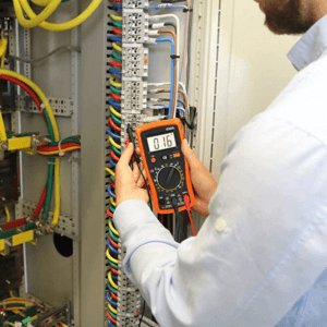 Bei der Verwendung eines Multimeter gibt es viele verschiedene Anwendungsbereiche. Beispielsweise kann bei der Überprüfung der Hauselektronik die Steckdosen oder andere Verkabelungen gemessen werden.