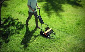 Ein Spindelmäher kann in den verschiedensten Anwendungen für den Rasen eingesetzt werden. Auch für sehr große Flächen wie beispielsweise Golfplätzen macht er seine Arbeit sauber und präzise.