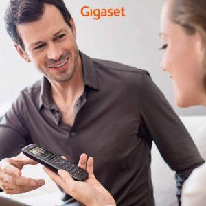 Ein kabelgebundenes Retrotelefon sieht besonders gut in Wohnräumen, im Industrial Design aus.