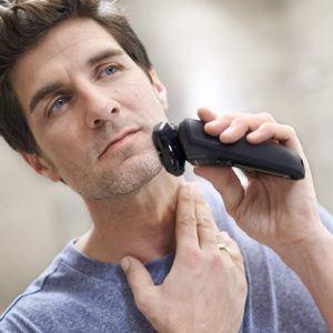 Ein Rotationsrasierer eignet sich für unebene Gesichtsbereiche oder zur regelmäßigen Rasur eines Dreitagebarts.
