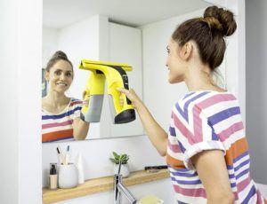 Der Kärcher Fenstersauger kann auch Spiegel mühelos reinigen.