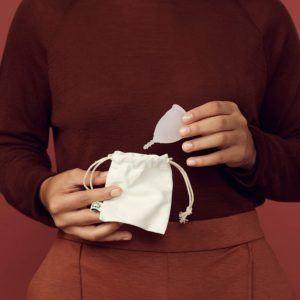 Menstruationstassen unterscheiden sich hauptsächlich in der Größe bzw. im Volumen. Sie können sich aber auch in der Härte des Materials und der Länge des Stiels unterscheiden.