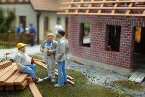 Günstiger Stundenlohn eines Dachdeckers