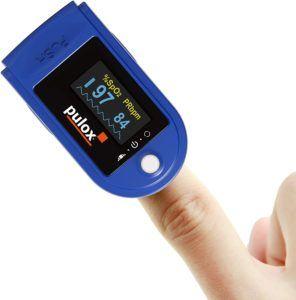Ein kabelloses Pulsoximeter mit Fingerclip ist kompakt und leicht zu verstauen.