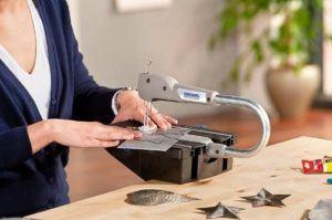 Die Dekupiersäge wird für den Schnitt von der Holz-, Metall- und Kunststoffplatten genutzt. Eine ausreichende Motorleistung ist daher wichtig.
