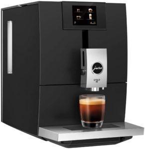 Ein Kaffeevollautomat verwendet ganze Kaffeebohnen um daraus eine bestimme Kaffeespezialität zu kreieren.
