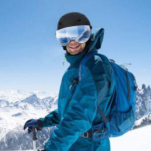 Zusätzlich zu einem Helm ist eine Skibrille ebenfalls von Vorteil. Hierzu muss an der Hinterseite des Helms eine Halterung angebracht sein, damit die Brille gut sitzt.