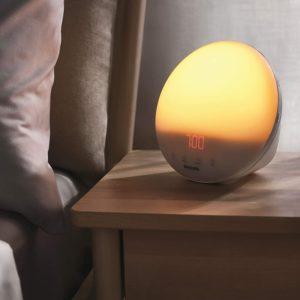 Der menschliche Schlafrhythmus wird maßgeblich von Hormonen gesteuert. Wer morgens nur schwer aus dem Bett kommt, dem können Tageslichtwecker helfen.
