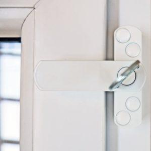 Kleine Kinder können sich unwissend in Gefahr bringen, wenn sie Fenster oder Balkontüren öffnen. Eine Fenstersicherung kann dies verhindern.