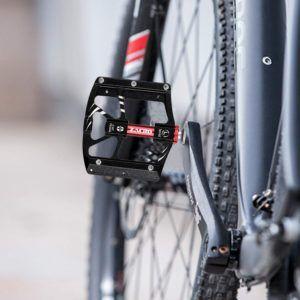 Wenn Sie sich für ein MTB- Pedal entscheiden, sollten Sie unbedingt verschiedene Kriterien wie Gewicht, Material und Größe beachten, um die richtige Pedale für Sie zu finden.