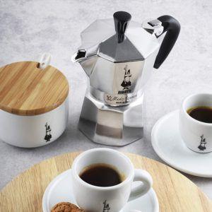 Espressokocher sind leicht, klein und benötigen keinen Strom. Das macht vor allem Modelle aus Aluminium ideal für Campingausflüge.