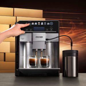 Kaffeevollautomaten nehmen Ihnen die Arbeit, die mit dem Brühen eines Kaffees einhergeht ab. Erst mahlt der Automat die von Ihnen eingefüllten Bohnen. Dann wird mit dem dadurch entstandenen Kaffeepulver der Kaffee gebrüht.