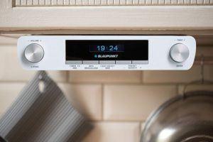 Küchenradios mit CD-Player werden immer seltener. Doch das Hörerlebnis mit einer altmodischen CD ist nicht zu verachten. Außerdem ist die Bedienung kinderleicht.
