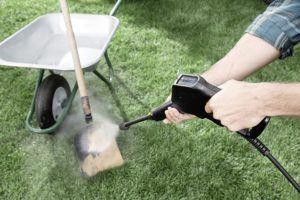 Das reinigen von Flächen kann mit Hilfe eines Kärcher Hochdruckreinigers erfolgen. Ein Flächenreinigeraufsatz wird dafür benötigt.