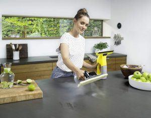 Der Lotuseffekt lässt Schmutz und Wasser von Oberflächen abperlen. Diese Wirkung schützt das Glas längerfristig vor Verunreinigungen.