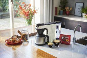 """Im Jahr 2007 hat Philips seine """"A Simple Switch"""" Kampagne ins Leben gerufen und Kaffeemaschinen mit recycelten Materialien auf den Markt gebracht. So hat die die Marke nicht nur seinen CO2-Anteil gesenkt, sondern auch Plastikmüll vor der Deponie bewahrt."""