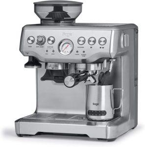 """Beim sogenannten """"Tampern"""" wird das Kaffeepulver mit einem Stempel gleichmäßig in den Siebträger gedrückt."""