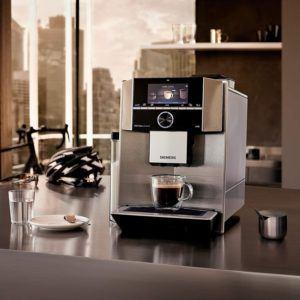 Alternativ zu einem Kaffeevollautomaten können Sie auch andere Kaffeeautomaten benutzen. So können Sie zum Beispiel selbst die Kaffeebohnen mahlen und diese dann in eine Kaffeemaschine mit Filter geben. Oder aber Kapseln damit befüllen.
