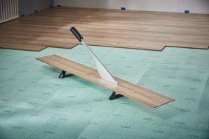 Für ein perfektes Ergebnis müssen die Laminat-Paneelen vor dem Schneiden genau auf den Raum angepasst werden.