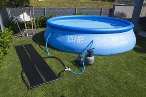 Die Sonne in Verbindung mit einem Solar-Absorber kann Ihren Pool umweltschonend erwärmen.