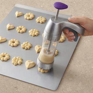 Aufgrund verschiedener Schablonen können mit der Gebäckpresse unterschiedliche Keks-Formen gebacken werden.