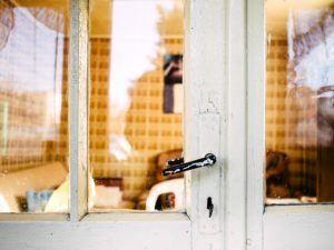 Vergleich: Glas in Tür ersetzen Kosten