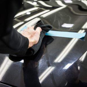Nach dem Waschen ist die Verwendung von Autowachs der beste Weg, um das Auto zum Leuchten zu bringen.
