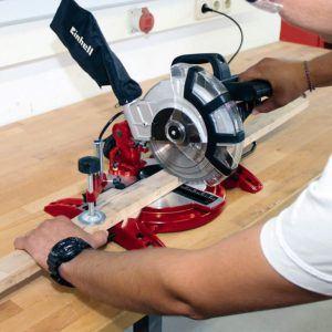 Zur Herstellung von Bilderrahmen wird eine Gehrungssäge benötigt. Die Balken werden dafür in einem 45 Gradwinkel geschnitten.