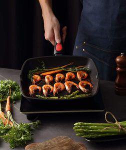 Nicht nur in der Küche auf einer Herdplatte können Sie eine Grill Pfanne verwenden, sondern auch im Urlaub auf dem Campingplatz über dem Feuer.