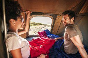 Vor allem bei kaltem Wetter und einer Übernachtung auf einer Hütte werden Sie für einen warmen Schlafsack dankbar sein.